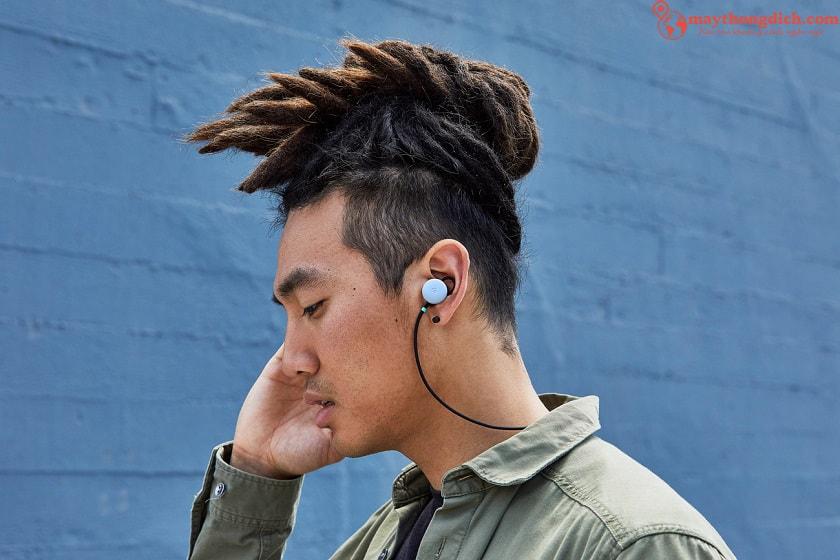 đeo tai nghe phiên dịch Google Pixel Bud